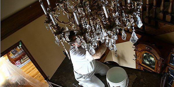 Como limpar lustres e luminárias de maneira prática
